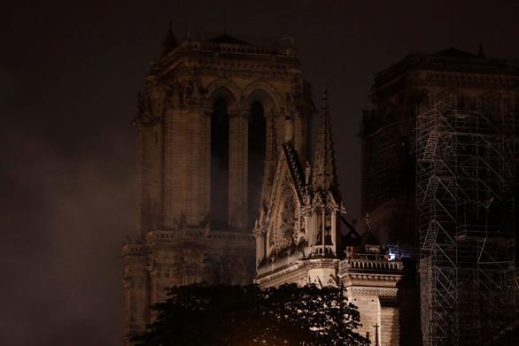 Đám cháy dữ dội ở Nhà thờ Đức Bà Paris đã được kiểm soát - Ảnh 7.