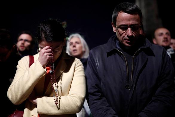 Cháy Nhà thờ Đức Bà Paris: dân Pháp buồn và sốc nhưng không ai chửi bới - Ảnh 3.