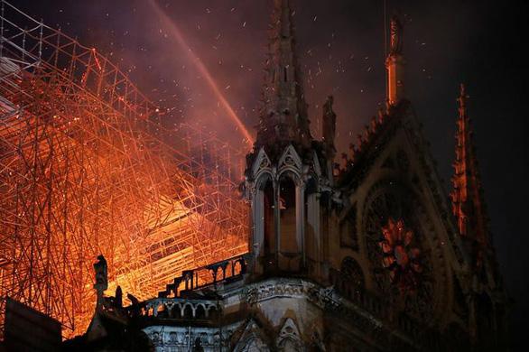 Đám cháy dữ dội ở Nhà thờ Đức Bà Paris đã được kiểm soát - Ảnh 5.