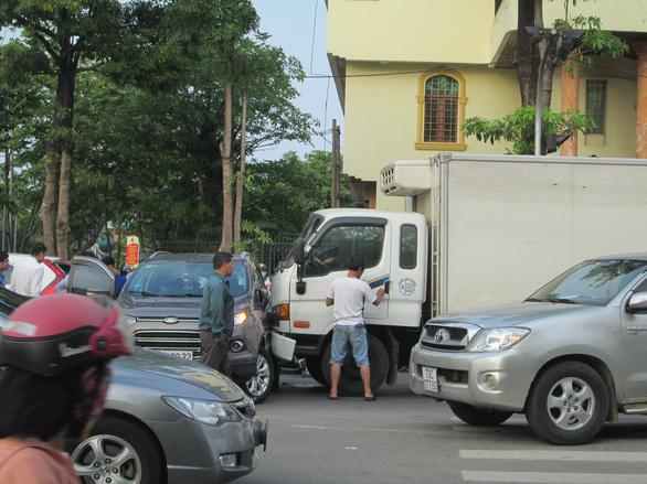 Xe tải lùa 2 ôtô và 2 xe máy đang dừng đèn đỏ - Ảnh 1.