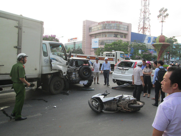 Xe tải lùa 2 ôtô và 2 xe máy đang dừng đèn đỏ - Ảnh 2.