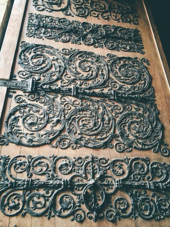 Cánh cửa Nhà thờ Đức Bà Paris bị xem là tác phẩm của quỷ - Ảnh 2.
