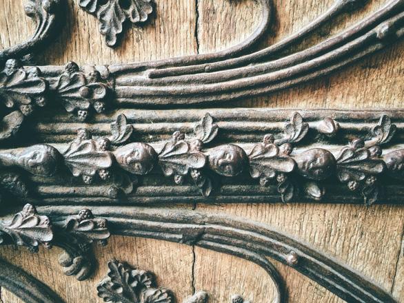 Cánh cửa Nhà thờ Đức Bà Paris bị xem là tác phẩm của quỷ - Ảnh 3.