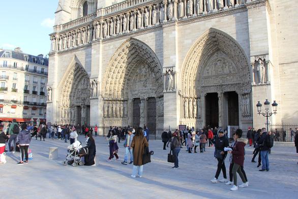 Cánh cửa Nhà thờ Đức Bà Paris bị xem là tác phẩm của quỷ - Ảnh 1.