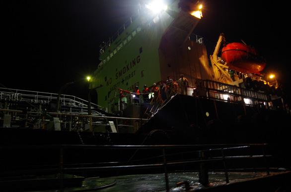 Tạm giữ 7 người liên quan vụ bán xăng dầu lậu trên biển - Ảnh 4.
