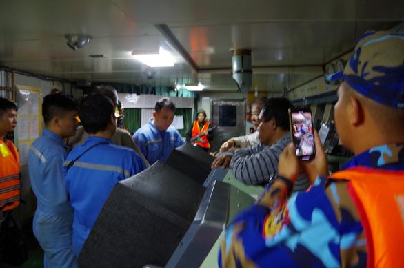 Công an, cảnh sát biển, biên phòng vây ráp xuyên đêm bắt tàu xăng dầu lậu - Ảnh 6.