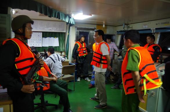 Tạm giữ 7 người liên quan vụ bán xăng dầu lậu trên biển - Ảnh 2.