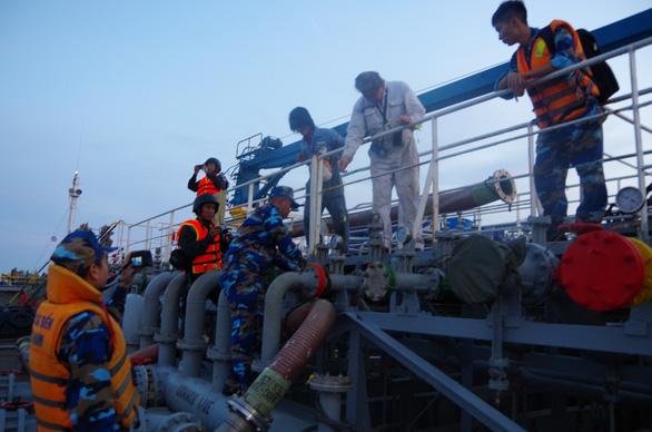 Công an, cảnh sát biển, biên phòng vây ráp xuyên đêm bắt tàu xăng dầu lậu - Ảnh 4.