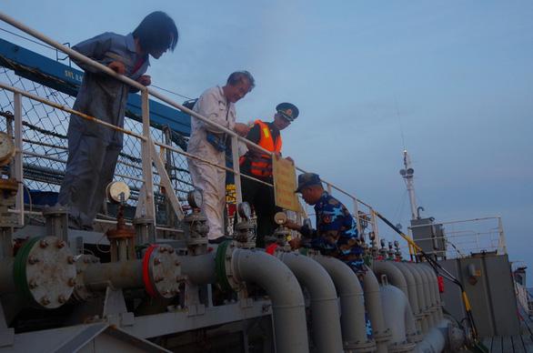 Tạm giữ 7 người liên quan vụ bán xăng dầu lậu trên biển - Ảnh 3.