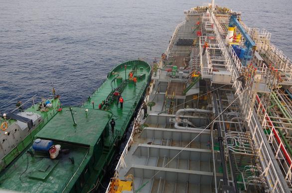 Công an, cảnh sát biển, biên phòng vây ráp xuyên đêm bắt tàu xăng dầu lậu - Ảnh 3.