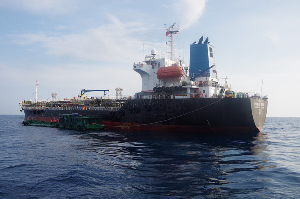 Công an, cảnh sát biển, biên phòng vây ráp xuyên đêm bắt tàu xăng dầu lậu - Ảnh 2.
