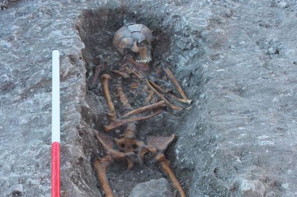 Đào ống nước, vô tình tìm được xương người cổ đại - Ảnh 2.