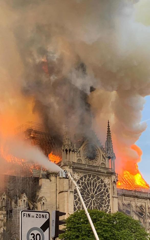 Dân mạng tan vỡ khi Nhà thờ Đức Bà Paris cháy - Ảnh 1.