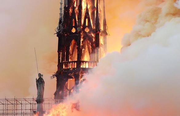 Đám cháy dữ dội ở Nhà thờ Đức Bà Paris đã được kiểm soát - Ảnh 4.