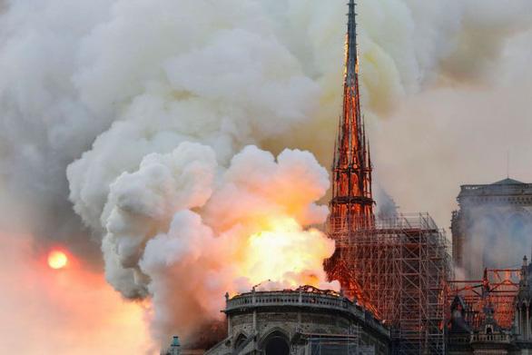 Đám cháy dữ dội ở Nhà thờ Đức Bà Paris đã được kiểm soát - Ảnh 1.