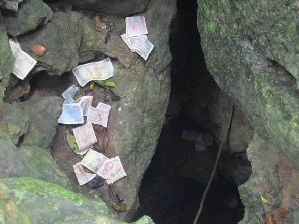 Hang động hoang sơ bị du khách ném đầy... tiền lẻ - Ảnh 1.
