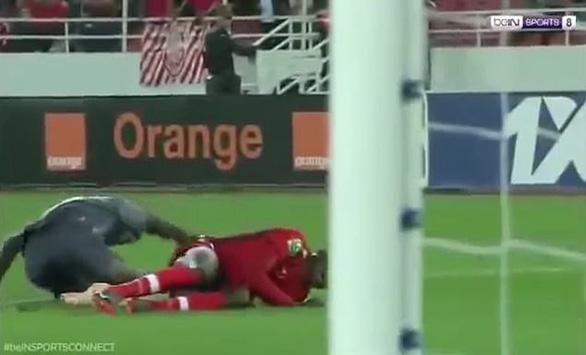Video chấn thương 'rùng rợn' của thủ môn tuyển Senegal - Ảnh 2.