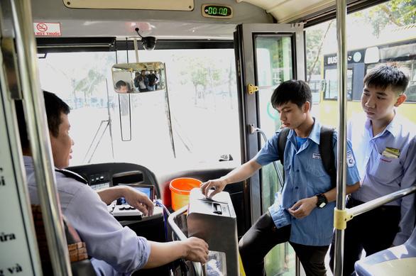 Vì sao chưa nhiều hành khách dùng thẻ xe buýt? - Ảnh 1.