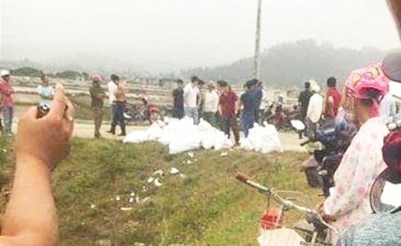 Công an kiểm tra hàng chục bao tải nghi chứa ma túy ở Nghệ An - Ảnh 1.