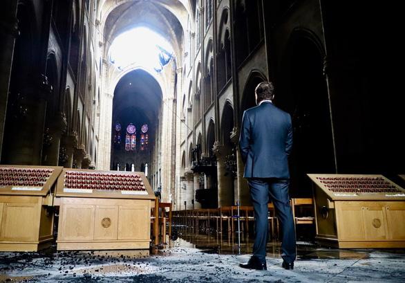 Khung cảnh nhói lòng bên trong nhà thờ Đức Bà Paris sau hỏa hoạn - Ảnh 4.