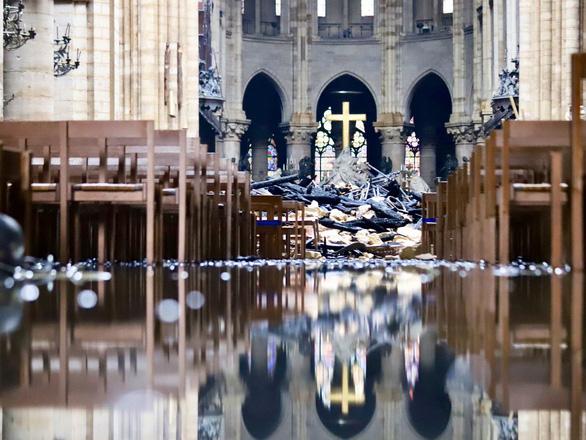 Khung cảnh nhói lòng bên trong nhà thờ Đức Bà Paris sau hỏa hoạn - Ảnh 5.