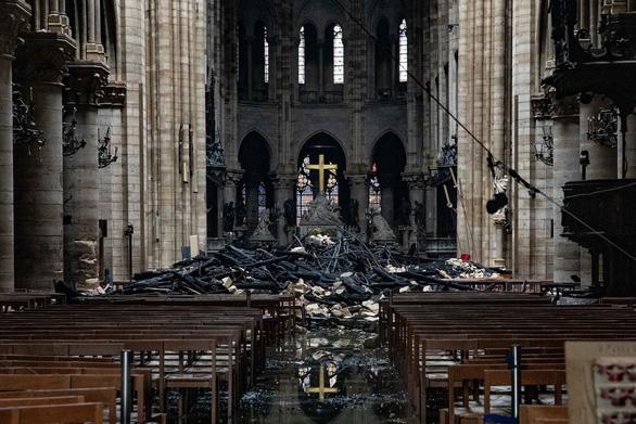 Khung cảnh nhói lòng bên trong nhà thờ Đức Bà Paris sau hỏa hoạn - Ảnh 1.