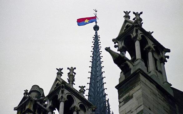 Lá cờ Việt Nam trên đỉnh tháp Nhà thờ Đức Bà Paris - Ảnh 1.