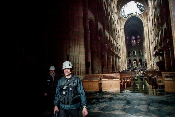 Khung cảnh nhói lòng bên trong nhà thờ Đức Bà Paris sau hỏa hoạn - Ảnh 8.