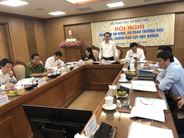 Bộ trưởng Phùng Xuân Nhạ: Bạo lực học đường, chú ý phòng hơn là chống - Ảnh 1.