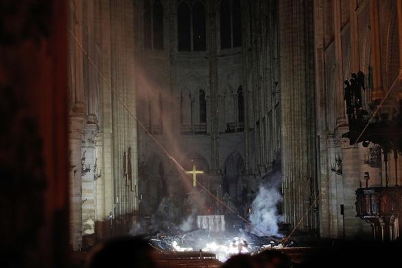 Khung cảnh nhói lòng bên trong nhà thờ Đức Bà Paris sau hỏa hoạn - Ảnh 9.