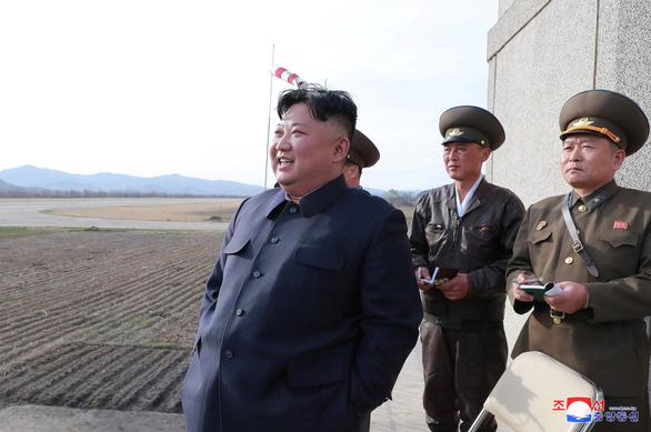 Ông Kim Jong Un xuất hiện chỉ đạo phi công chiến đấu - Ảnh 1.