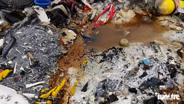 Rác thải giày da chất đống, bốc mùi giữa thị trấn Tiên Lãng - Ảnh 7.