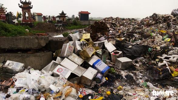 Rác thải giày da chất đống, bốc mùi giữa thị trấn Tiên Lãng - Ảnh 1.