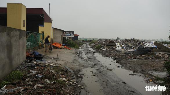 Rác thải giày da chất đống, bốc mùi giữa thị trấn Tiên Lãng - Ảnh 5.