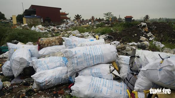 Rác thải giày da chất đống, bốc mùi giữa thị trấn Tiên Lãng - Ảnh 3.