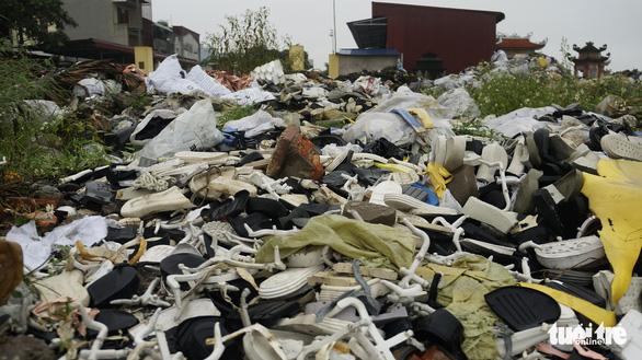 Rác thải giày da chất đống, bốc mùi giữa thị trấn Tiên Lãng - Ảnh 6.