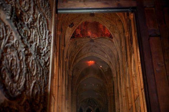 Khung cảnh nhói lòng bên trong nhà thờ Đức Bà Paris sau hỏa hoạn - Ảnh 7.