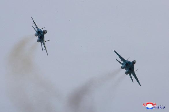 Ông Kim Jong Un xuất hiện chỉ đạo phi công chiến đấu - Ảnh 2.