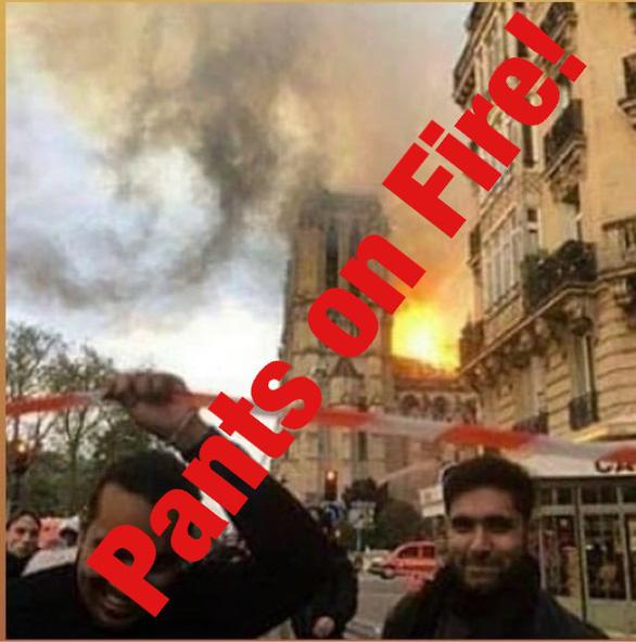 Thực hư ảnh người đàn ông Hồi giáo cười trước nhà thờ Đức Bà Paris cháy - Ảnh 1.