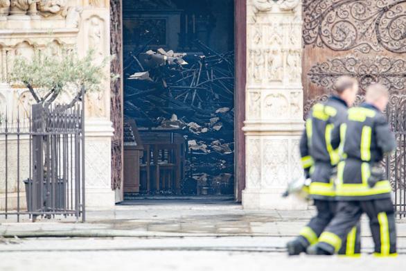 Khung cảnh nhói lòng bên trong nhà thờ Đức Bà Paris sau hỏa hoạn - Ảnh 11.