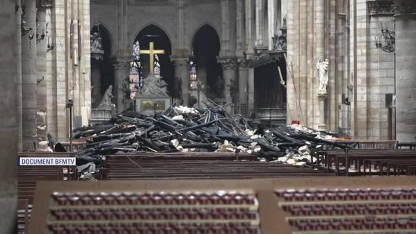 Khung cảnh nhói lòng bên trong nhà thờ Đức Bà Paris sau hỏa hoạn - Ảnh 2.