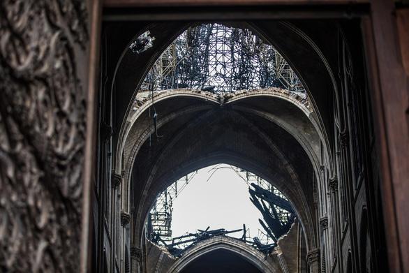 Khung cảnh nhói lòng bên trong nhà thờ Đức Bà Paris sau hỏa hoạn - Ảnh 10.