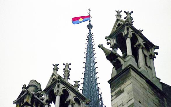 Ai đã treo cờ Việt Nam trên đỉnh nhà thờ Đức Bà Paris? - Ảnh 1.