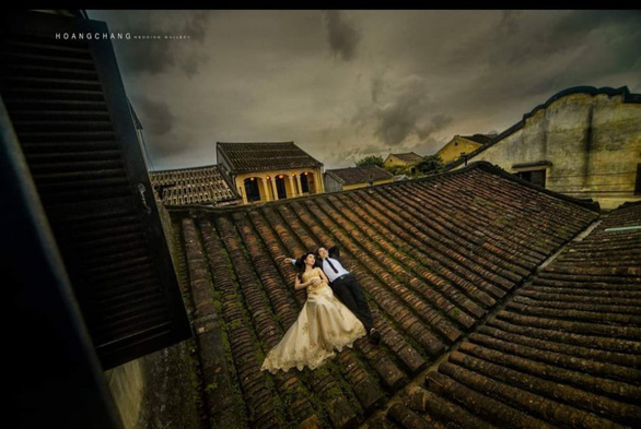 Nằm lên mái nhà cổ để chụp ảnh cưới tại Hội An - Ảnh 1.