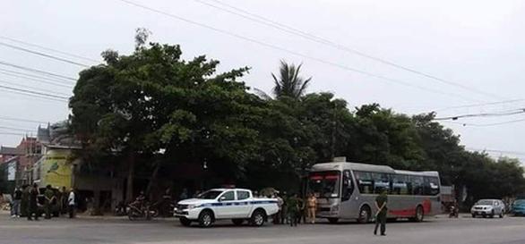 Chặn xe khách, hai nhóm người nổ súng bắn nhau - Ảnh 1.