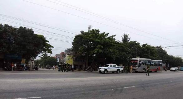 Khởi tố hai nhóm người chặn xe khách, nổ súng bắn nhau - Ảnh 1.