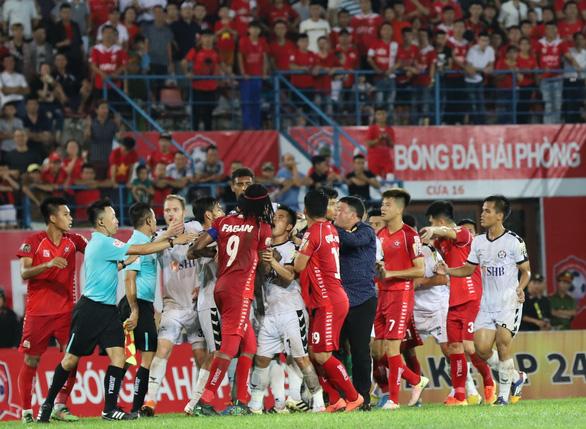 Bạo lực đã trở thành bất trị với bóng đá Việt? - Ảnh 1.