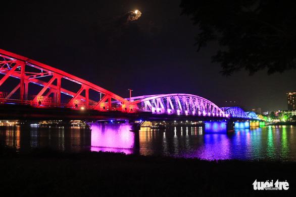 Hơn 10 tỉ đồng khoác áo mới về đêm cho cầu Trường Tiền - Ảnh 1.