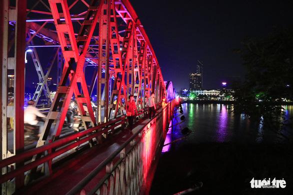 Hơn 10 tỉ đồng khoác áo mới về đêm cho cầu Trường Tiền - Ảnh 2.