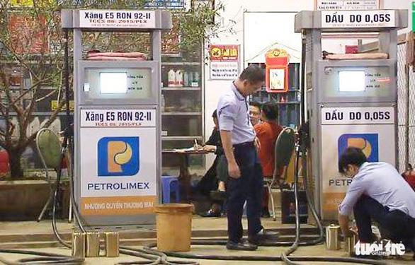 Nghệ An yêu cầu xóa hàng chục cửa hàng xăng dầu bán lụi cho tàu cá - Ảnh 1.